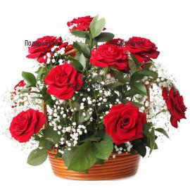 Доставка на романтична кошница с червени рози и зеленина в София