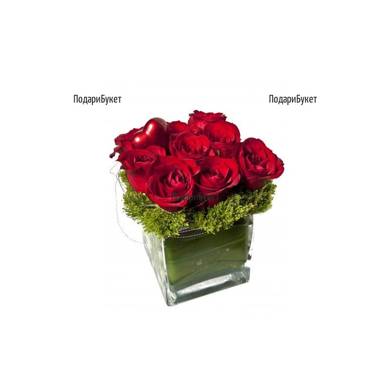 Романтична аранжировка от червени рози в стъклен съд