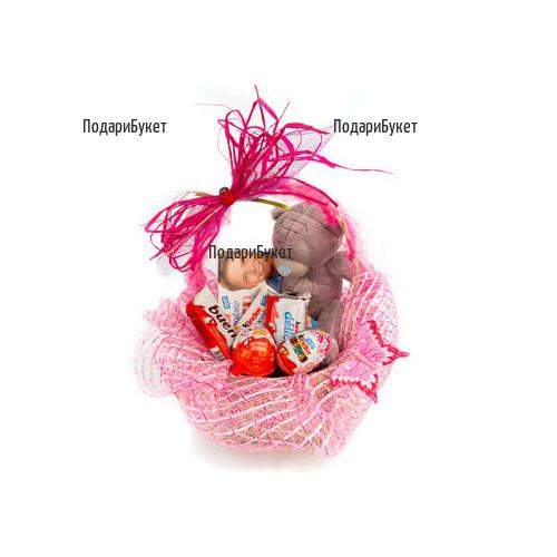 Доставка на Детска кошничка с лакомства и меченце