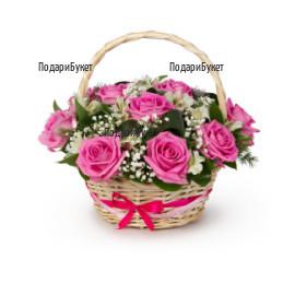 Кошница с розови рози и зеленина