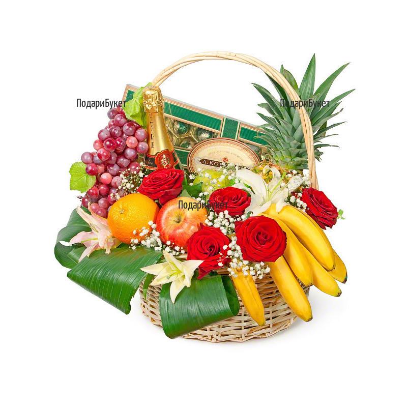 Доставка на кошница с разнообразни подаръци и цветя в София