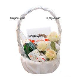 Доставка на нежна бяла кошница с рози и подаръци в София, Пловдив,Русе