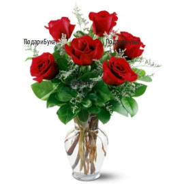Букет от червени рози, зеленина и ваза